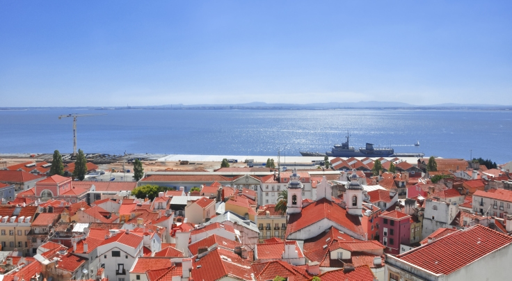 Lisbon,_Tagus_River_and_Alfama_district_from_Miraduro_de_Sta._Luzia